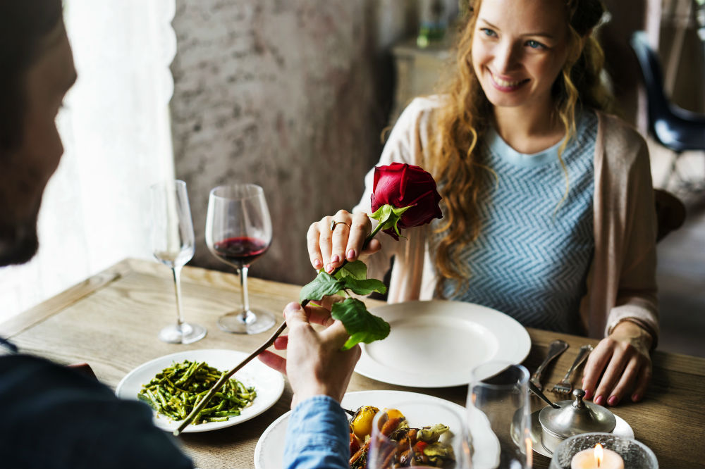 After a first date how to know if he is interested  14 Ways